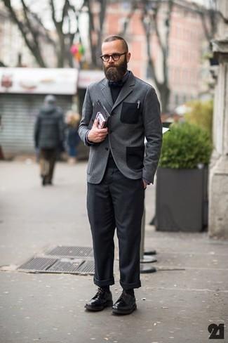 Как и с чем носить: серый шерстяной пиджак, черный свитер с круглым вырезом, темно-серая классическая рубашка, черные брюки чинос