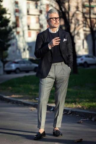 Как и с чем носить: черный пиджак, черный свитер с круглым вырезом, белая классическая рубашка, серые шерстяные классические брюки