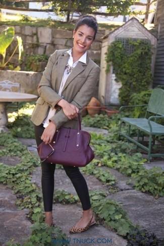 Как и с чем носить: коричневый пиджак, бежевый свитер с круглым вырезом с украшением, белая классическая рубашка, черные леггинсы