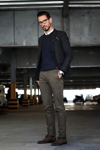 Как и с чем носить: черный пиджак, темно-синий вязаный свитер с круглым вырезом, белая классическая рубашка, темно-серые брюки чинос