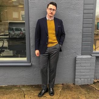 Как и с чем носить: темно-синий пиджак, горчичный свитер с круглым вырезом, белая классическая рубашка, темно-серые шерстяные классические брюки