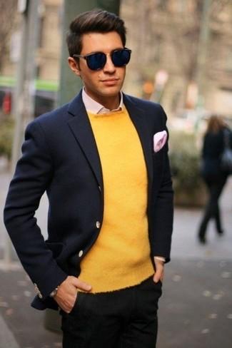 Как и с чем носить: темно-синий шерстяной пиджак, желтый свитер с круглым вырезом, розовая классическая рубашка, черные брюки чинос
