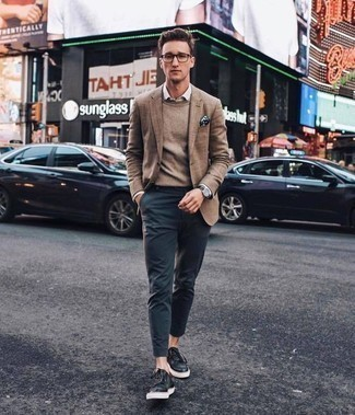 Коричневый свитер с круглым вырезом: с чем носить и как сочетать мужчине: Коричневый свитер с круглым вырезом будет выглядеть великолепно в сочетании с темно-синими брюками чинос. Смелые парни завершат образ черными кожаными низкими кедами.