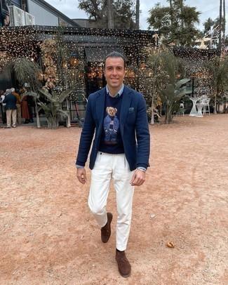 С чем носить голубую классическую рубашку из шамбре мужчине: Если ты принадлежишь к той немногочисленной группе парней, способных неплохо разбираться в том, что стильно, а что нет, тебе придется по душе дуэт голубой классической рубашки из шамбре и белых брюк чинос. Чтобы привнести в ансамбль немного легкой небрежности , на ноги можно надеть коричневые замшевые ботинки дезерты.
