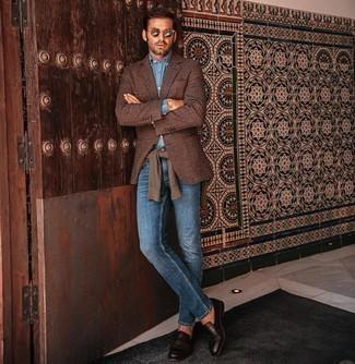 С чем носить голубую классическую рубашку из шамбре мужчине: Поклонникам стиля смарт кэжуал придется по душе сочетание голубой классической рубашки из шамбре и синих джинсов. Хочешь добавить в этот наряд толику классики? Тогда в качестве дополнения к этому образу, выбери темно-коричневые кожаные лоферы.