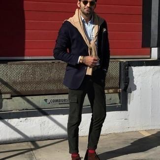 С чем носить коричневые замшевые ботинки дезерты: Темно-синий пиджак и темно-зеленые брюки карго прочно обосновались в гардеробе многих молодых людей, позволяя составлять яркие и комфортные луки. В паре с этим образом наиболее уместно будут выглядеть коричневые замшевые ботинки дезерты.