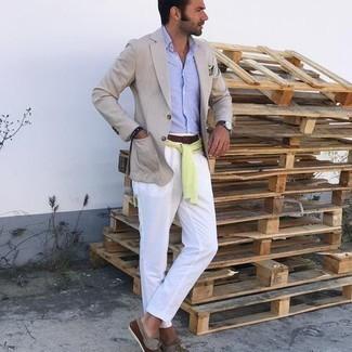 С чем носить бежевый пиджак мужчине: Если ты из той категории молодых людей, которые разбираются в моде, тебе подойдет дуэт бежевого пиджака и белых брюк чинос. Почему бы не привнести в этот лук толику расслабленности с помощью коричневых замшевых топсайдеров?