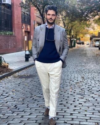 С чем носить темно-синий свитер с круглым вырезом мужчине: Несмотря на то, что это довольно-таки консервативный образ, тандем темно-синего свитера с круглым вырезом и белых классических брюк всегда будет по вкусу стильным молодым людям, непременно пленяя при этом сердца прекрасных дам. В сочетании с этим ансамблем идеально выглядят коричневые замшевые лоферы.
