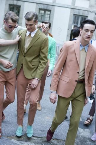 Розовый пиджак и оливковые классические брюки — необходимые вещи в классическом мужском гардеробе. Чтобы добавить в образ немного непринужденности, на ноги можно надеть пурпурные замшевые лоферы.