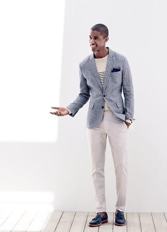 Как и с чем носить: синий льняной пиджак, бежевый свитер с круглым вырезом в горизонтальную полоску, бежевые льняные классические брюки, темно-синие кожаные лоферы с кисточками