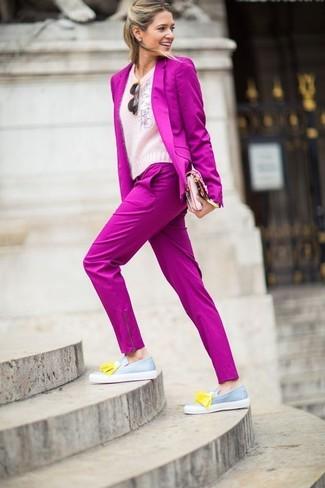 Как и с чем носить: ярко-розовый пиджак, розовый пушистый свитер с круглым вырезом, ярко-розовые классические брюки, серые кожаные лоферы с кисточками