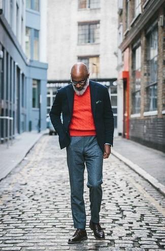 Как и с чем носить: черный шерстяной пиджак, оранжевый свитер с круглым вырезом, серые шерстяные классические брюки, темно-коричневые кожаные повседневные ботинки