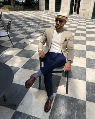 Как и с чем носить: бежевый пиджак, бежевый свитер с круглым вырезом, темно-синие классические брюки, коричневые кожаные оксфорды
