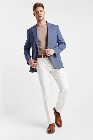 Коричневые кожаные броги: с чем носить и как сочетать: Несмотря на то, что это классический ансамбль, лук из синего пиджака и белых классических брюк всегда будет нравиться стильным молодым людям, но также пленяет при этом дамские сердца. В тандеме с коричневыми кожаными брогами весь лук смотрится очень динамично.
