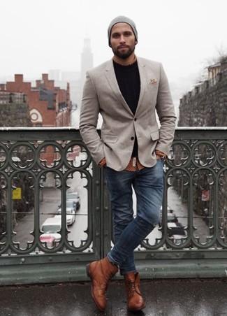Комбо из серого пиджака и темно-синих зауженных джинсов определенно будет обращать на тебя взоры прекрасного пола. Очень гармонично здесь будут смотреться коричневые кожаные ботинки.