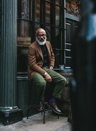 Как и с чем носить: коричневый шерстяной пиджак в шотландскую клетку, черный свитер с круглым вырезом, белая рубашка с длинным рукавом, темно-зеленые вельветовые классические брюки