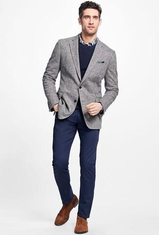 Коричневые замшевые ботинки челси: с чем носить и как сочетать мужчине: Серый пиджак и темно-синие брюки чинос — прекрасный мужской лук для ужина в дорогом ресторане. Теперь почему бы не привнести в повседневный образ немного утонченности с помощью коричневых замшевых ботинок челси?