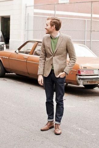 Зеленый свитер с круглым вырезом: с чем носить и как сочетать мужчине: Сочетание зеленого свитера с круглым вырезом и темно-синих джинсов безусловно будет обращать на себя взоры прекрасных барышень. Такой ансамбль получит свежее прочтение в паре с коричневыми кожаными повседневными ботинками.