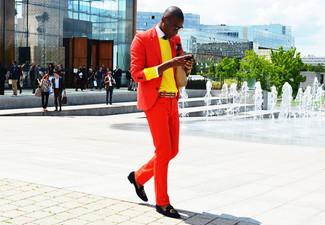 Как и с чем носить: красный пиджак, желтый свитер с круглым вырезом, белая рубашка с длинным рукавом, красные брюки чинос