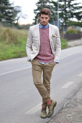Модный лук: бежевый пиджак, розовый свитер с круглым вырезом, голубая рубашка с длинным рукавом в горошек, светло-коричневые брюки чинос