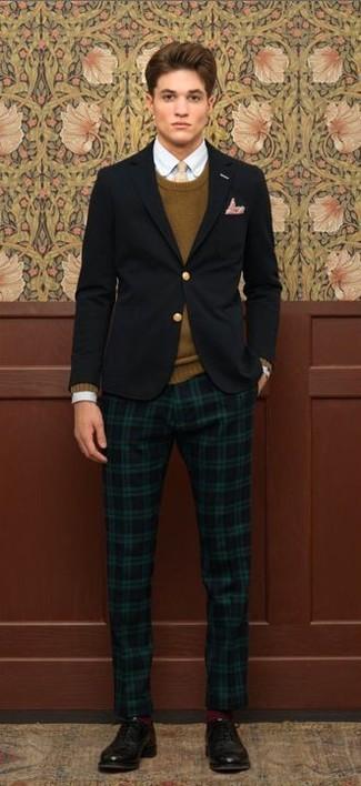 Модный лук: черный пиджак, коричневый свитер с круглым вырезом, голубая рубашка с длинным рукавом, темно-зеленые брюки чинос в шотландскую клетку