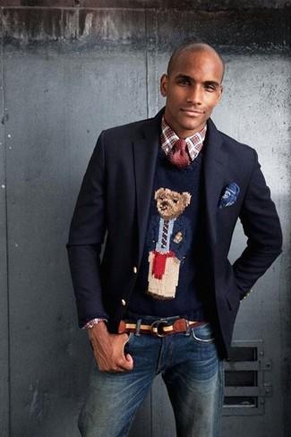 Модный лук: темно-синий шерстяной пиджак, темно-синий свитер с круглым вырезом с принтом, красно-белая рубашка с длинным рукавом в шотландскую клетку, темно-синие джинсы