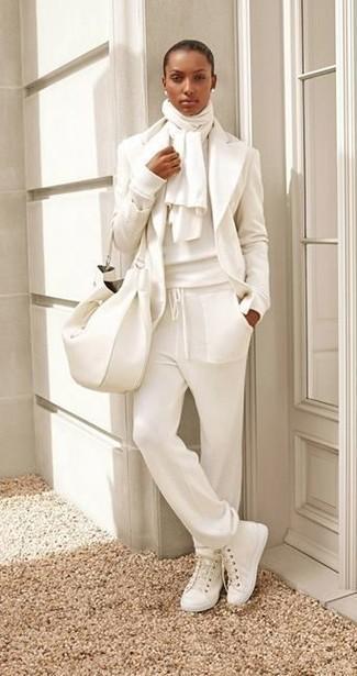 Как и с чем носить: белый шерстяной пиджак, белый свитер с круглым вырезом, белые спортивные штаны, белые высокие кеды из плотной ткани