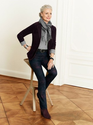 Как и с чем носить: темно-красный пиджак, серый свитер с круглым вырезом, темно-синие узкие брюки с цветочным принтом, темно-красные замшевые ботильоны
