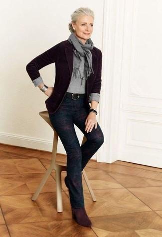 Как и с чем носить: темно-пурпурный шерстяной пиджак, серый свитер с круглым вырезом, темно-пурпурные узкие брюки с принтом, темно-красные замшевые ботильоны