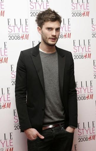 Как Jamie Dornan носит Черный пиджак, Серый свитер с круглым вырезом, Белая футболка с круглым вырезом, Темно-синие джинсы
