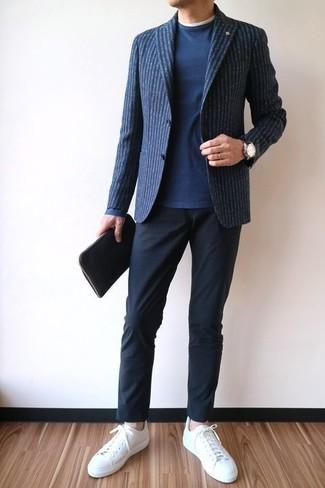 Как и с чем носить: темно-синий шерстяной пиджак в вертикальную полоску, темно-синий свитер с круглым вырезом, белая футболка с круглым вырезом, черные брюки чинос