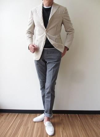 Как и с чем носить: бежевый пиджак в вертикальную полоску, черный свитер с круглым вырезом, белая футболка с круглым вырезом, серые брюки чинос