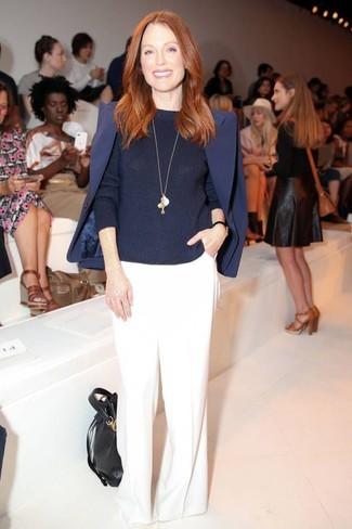 Как Julianne Moore носит Темно-синий пиджак, Темно-синий свитер с круглым вырезом, Белые широкие брюки, Черная кожаная сумка-мешок