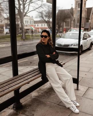 Модный лук: черный пиджак, черный свитер с круглым вырезом, белые широкие брюки, бело-черные кожаные низкие кеды