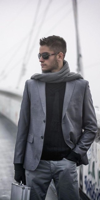 Как и с чем носить: серый шерстяной пиджак, черный свитер с отложным воротником, серые брюки чинос, серый вязаный шарф