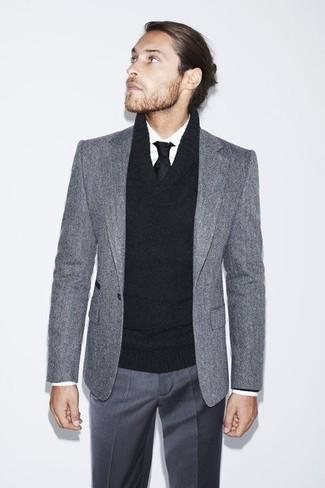 Модный лук: серый шерстяной пиджак, черный свитер с отложным воротником, белая классическая рубашка, темно-серые классические брюки