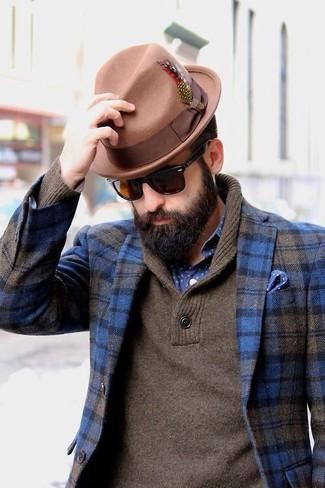 Модный лук: синий шерстяной пиджак в шотландскую клетку, коричневый свитер с отложным воротником, темно-сине-белая рубашка с длинным рукавом в горошек, светло-коричневая шерстяная шляпа