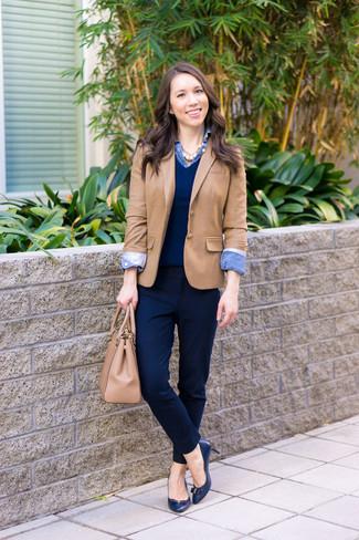 Как и с чем носить: светло-коричневый пиджак, темно-синий свитер с v-образным вырезом, синяя джинсовая рубашка, темно-синие классические брюки