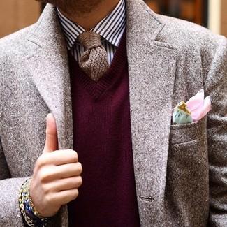 Модный лук: коричневый шерстяной пиджак, темно-красный свитер с v-образным вырезом, бело-темно-синяя классическая рубашка в вертикальную полоску, коричневый вязаный галстук