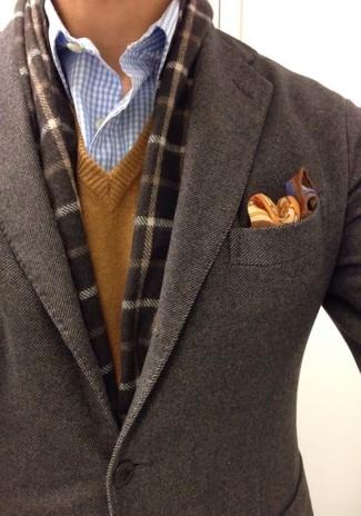 """Модный лук: темно-коричневый шерстяной пиджак, коричневый свитер с v-образным вырезом, голубая классическая рубашка в мелкую клетку, коричневый нагрудный платок с """"огурцами"""""""