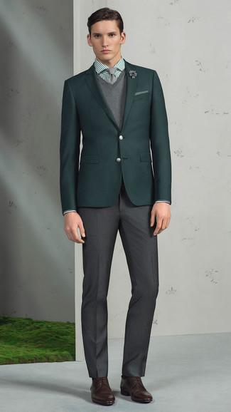 Модный лук: темно-зеленый пиджак, серый свитер с v-образным вырезом, зеленая классическая рубашка в вертикальную полоску, темно-серые классические брюки