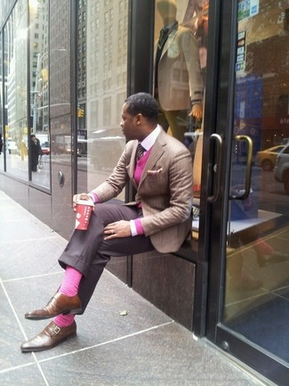 Как и с чем носить: светло-коричневый пиджак в вертикальную полоску, ярко-розовый свитер с v-образным вырезом, белая классическая рубашка, серые классические брюки