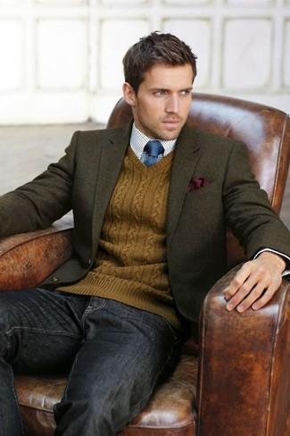 Оливковый шерстяной пиджак и темно-серые джинсы позволят создать нескучный образ для работы в офисе.