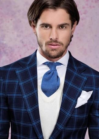 Модный лук: темно-синий пиджак в шотландскую клетку, белый свитер с v-образным вырезом, белая классическая рубашка, синий вязаный галстук