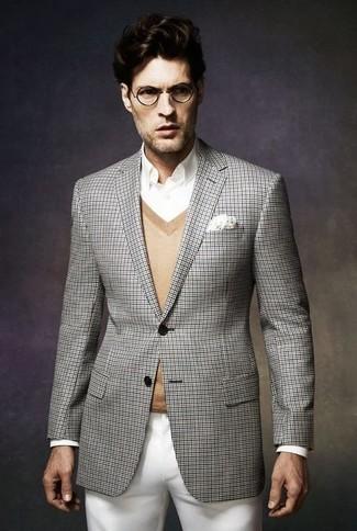 Модный лук: серый пиджак в шотландскую клетку, светло-коричневый свитер с v-образным вырезом, белая классическая рубашка, белые брюки чинос