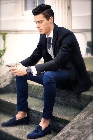 Как и с чем носить: черный пиджак, серый свитер с v-образным вырезом, белая классическая рубашка, темно-синие брюки чинос