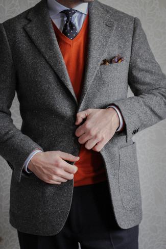 Модный лук: серый шерстяной пиджак, оранжевый свитер с v-образным вырезом, голубая классическая рубашка, черные классические брюки
