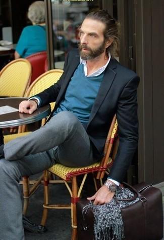 Как и с чем носить: черный пиджак, темно-бирюзовый свитер с v-образным вырезом, белая классическая рубашка, серые классические брюки
