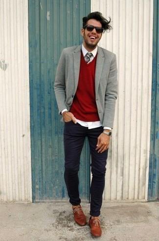Как и с чем носить: серый шерстяной пиджак, красный свитер с v-образным вырезом, белая классическая рубашка, черные зауженные джинсы