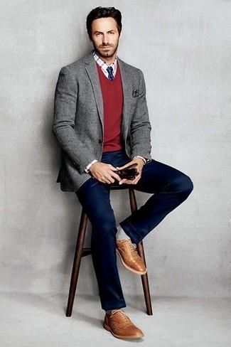 Как и с чем носить: серый шерстяной пиджак, красный свитер с v-образным вырезом, бело-красная классическая рубашка в клетку, темно-синие брюки чинос
